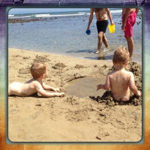 Gemelos en la playa