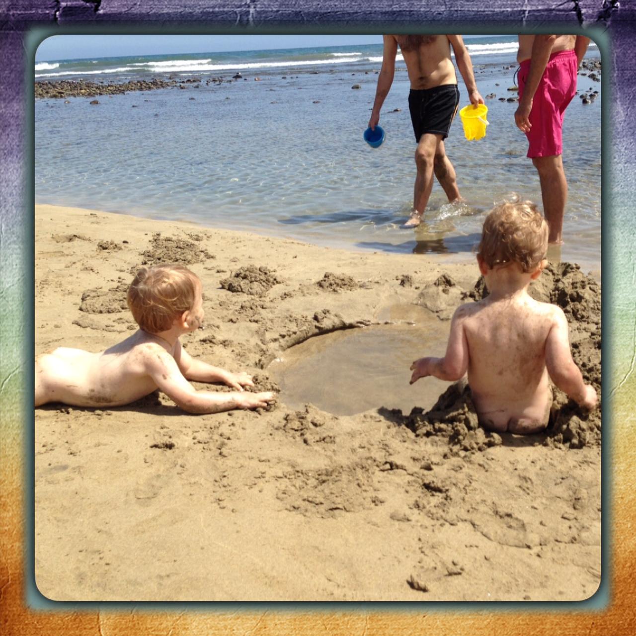 En la playa con mis bebés mellizos o gemelos. ¿Qué debo llevar?