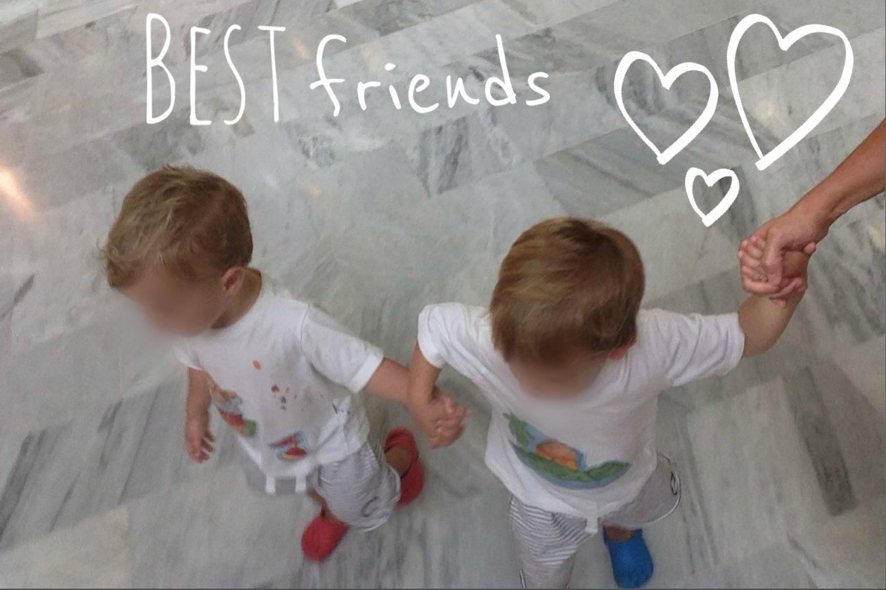 Momentos gemelares #5: juntos de la mano
